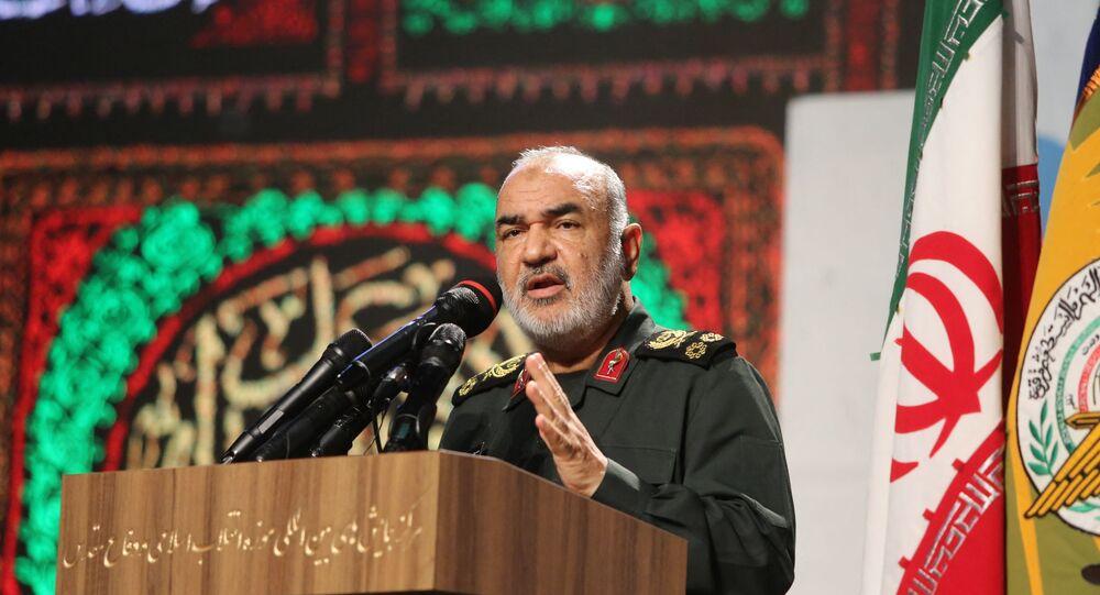 Comandante do Corpo de Guardiões da Revolução Islâmica (IRGC, na sigla em inglês), major-general Hossein Salami discursa em exibição