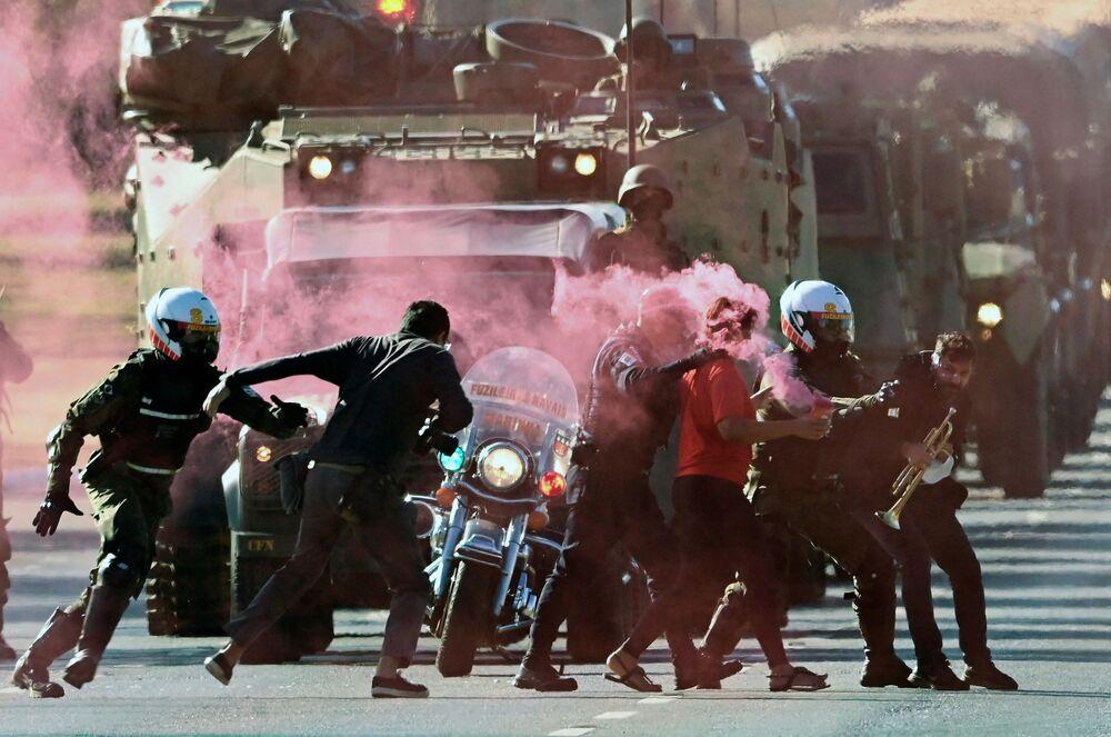 Militares detêm manifestantes que tentam bloquear desfile de veículos militares em frente do Palácio do Planalto, em Brasília, 10 de agosto de 2021