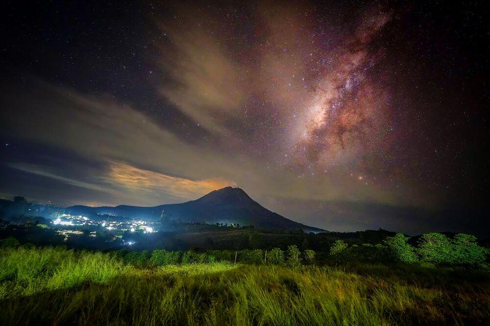 O vulcão Sinabung, na Indonésia, parece estar calmo, 8 de agosto de 2021