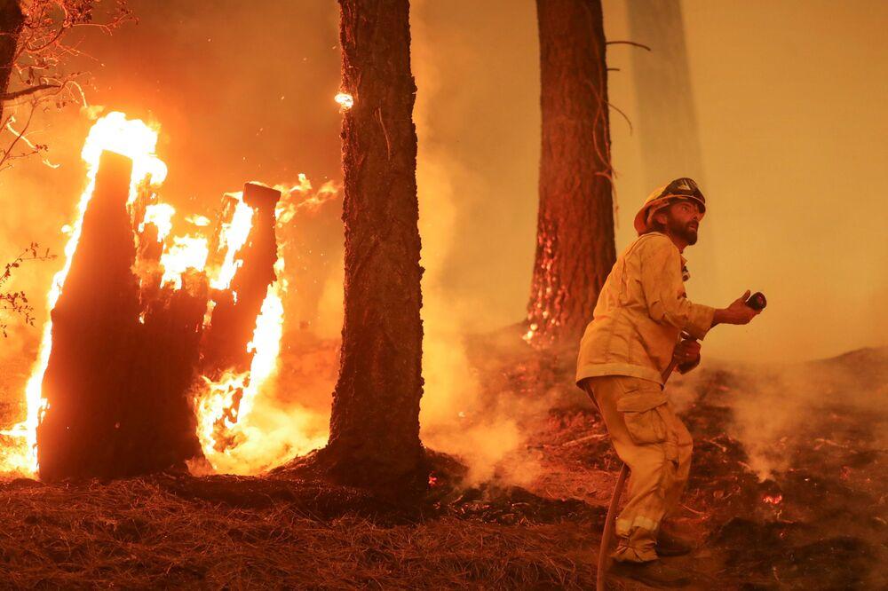 Bombeiros continuam lutando para extinguir o incêndio Dixie, no estado norte-americano da Califórnia, 10 de agosto de 2021