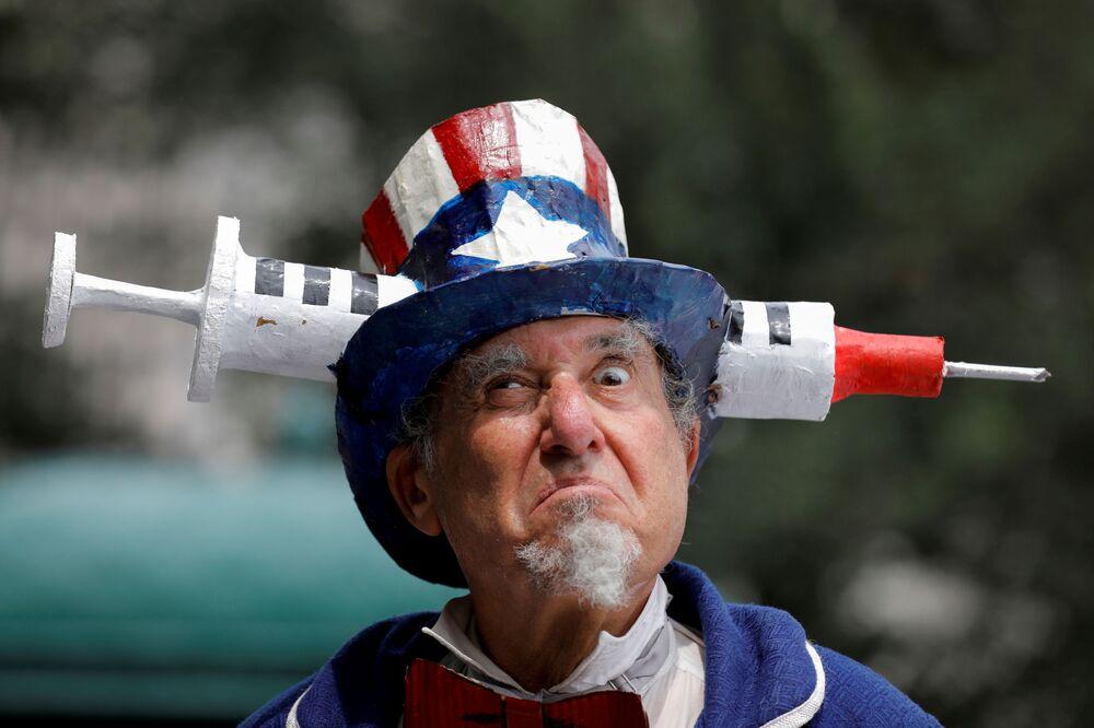 Um cidadão norte-americano vestido de Tio Sam participa de uma manifestação antivacinação obrigatória contra a COVID-19 em Nova York, nos EUA, 9 de agosto de 2021