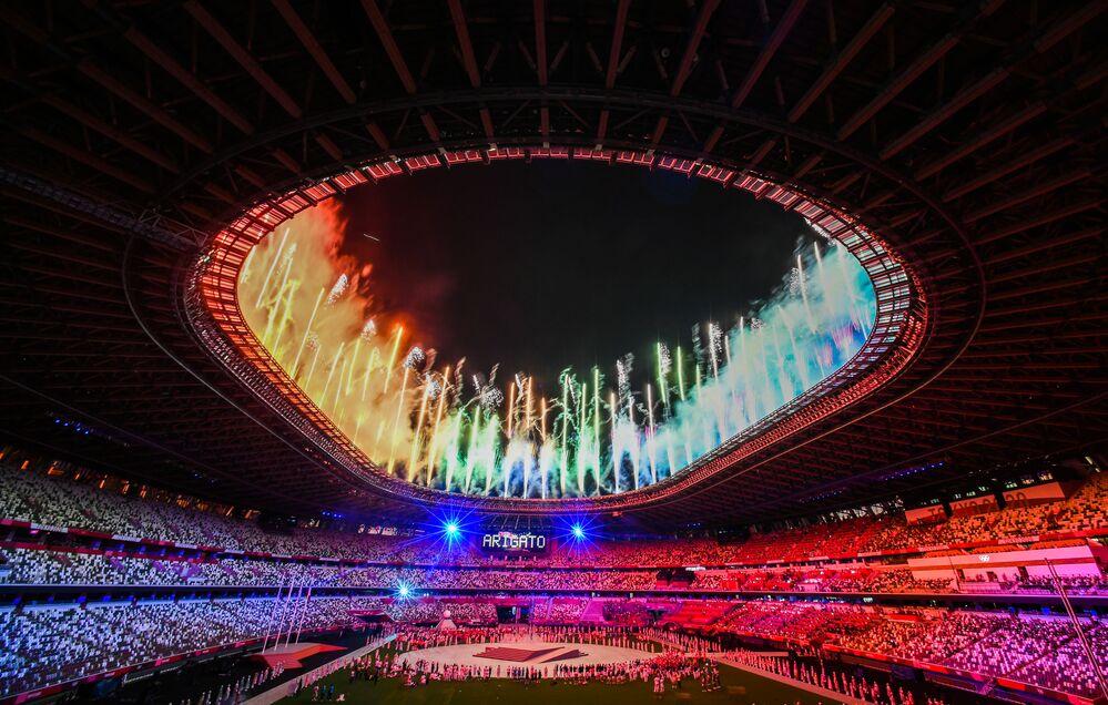 Fogo de artifício durante a cerimónia de encerramento dos Jogos Olímpicos 2020 em Tóquio, no Estádio Olímpico Nacional