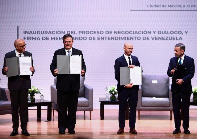 Chefe da delegação do governo, Jorge Rodríguez, o chanceler mexicano Marcelo Ebrard, o representante da Noruega Dag Nylander e Gerardo Blyde, representante da oposição
