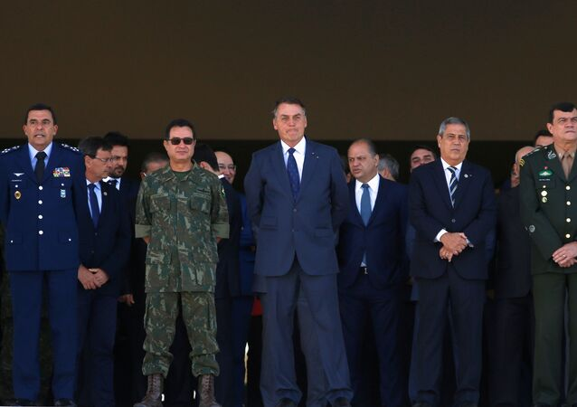 Presidente do Brasil Jair Bolsonaro observa o desfile militar frente ao palácio presidencial, junto com outras figuras militares, 10 de agosto de 2021.
