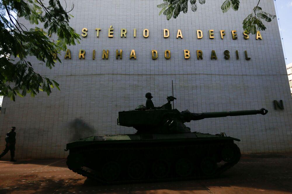 Um tanque passa em frente do quartel-general da Marinha brasileira após o desfile militar em Brasília, 10 de agosto de 2021