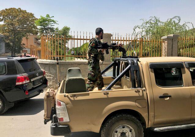 Soldado afegão em veículo militar em Cabul, Afeganistão, 15 de agosto de 2021