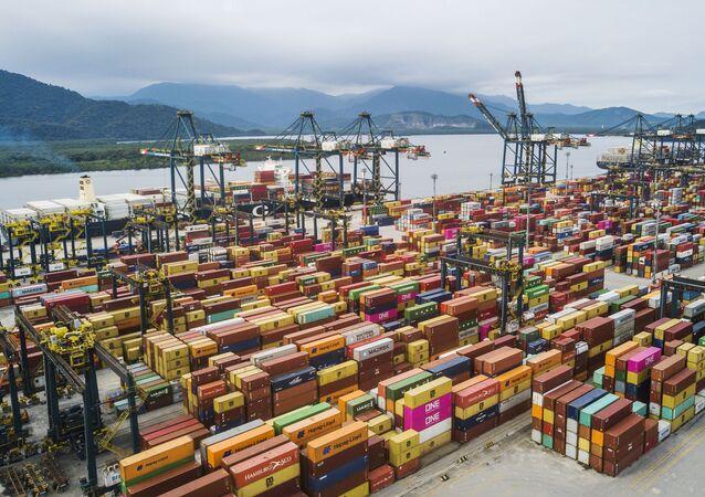 Vista geral de contêineres no porto de Santos, em São Paulo. Foto de arquivo