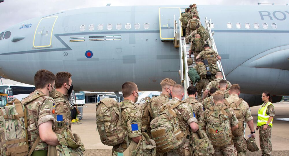 Militares britânicos embarcam em avião da Força Aérea Real durante retirada do Afeganistão