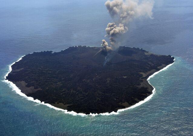 Erupção de vulcão nas ilhas Ogasawara, Japão
