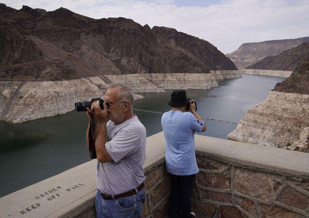 Pessoas observam o lago Mead próximo da barragem Hoover no Arizona