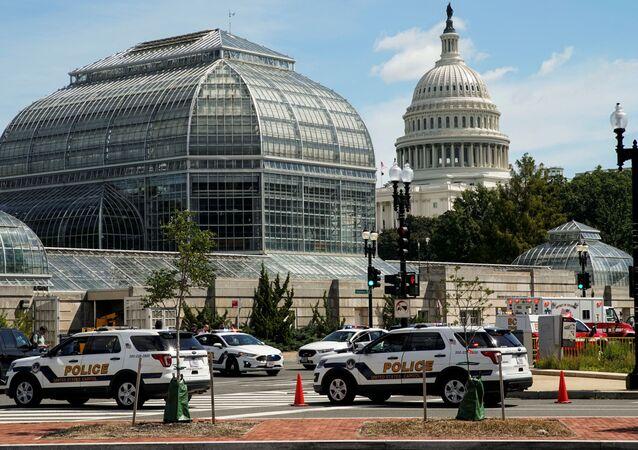 Veículos da Polícia do Capitólio dos EUA e outros veículos de emergência se reúnem perto do Capitólio em Washington, EUA, 19 de agosto de 2021