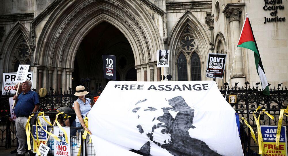Apoiadores de Julian Assange, fundador do WikiLeaks, reunidos no exterior da corte, durante o recurso do governo dos EUA contra uma decisão da Justiça britânica de que Assange não deveria ser extraditado, Londres, Reino Unido, em 11 de agosto de 2021