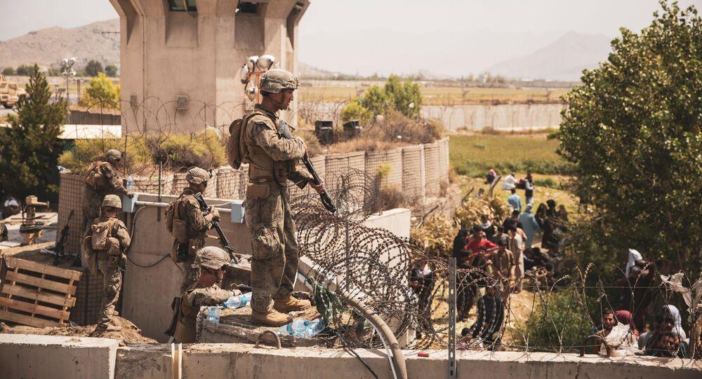 Fuzileiros americanos fazem guarda em ponto de evacuação no Aeroporto Internacional de Cabul, Afeganistão