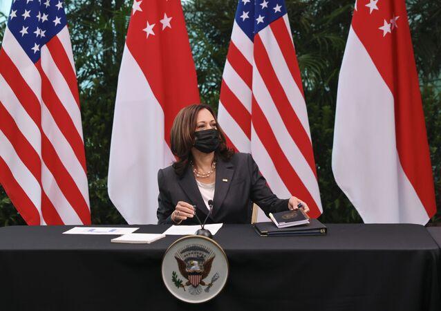 A vice-presidente dos Estados Unidos, Kamala Harris, participa de uma mesa redonda em Gardens by the Bay, em Cingapura, antes de partir para o Vietnã na segunda etapa de sua viagem ao sudeste da Ásia, 24 de agosto de 2021