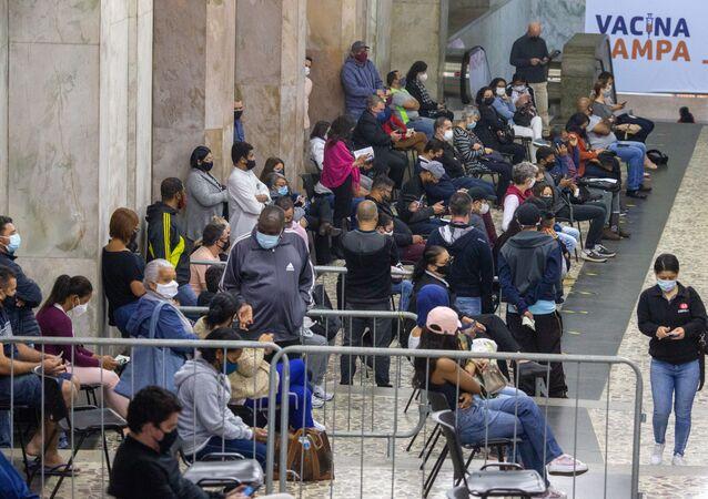 Fila de vacinação contra a COVID-19 no megaposto galeria Prestes Maia, na região central de São Paulo. Foto de arquivo