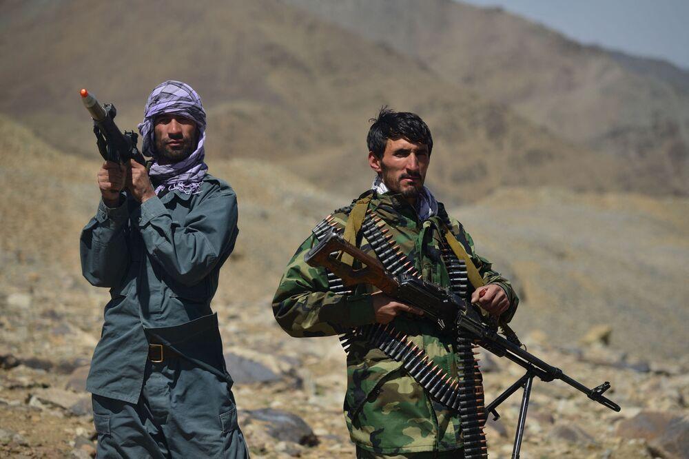 Membros armados da resistência afegã montam guarda em um posto avançado no distrito de Paryan, província de Panjshir, Afeganistão, 23 de agosto de 2021