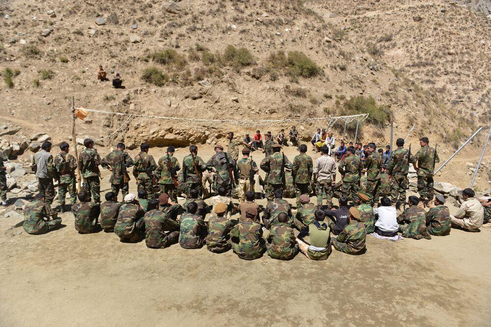 Treinamento militar do movimento de resistência afegã na área de Abdullah Khil do distrito de Dara, na província de Panjshir, Afeganistão, em 24 de agosto de 2021