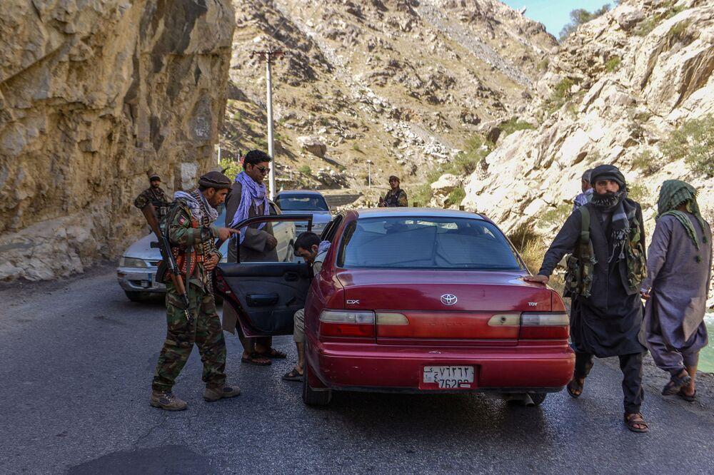 Membros da resistência afegã verificam os veículos que passam por uma estrada na província de Panjshir, Afeganistão, 25 de agosto de 2021