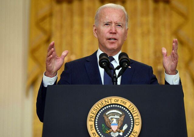O presidente dos EUA, Joe Biden, faz comentários sobre o ataque terrorista no Aeroporto Internacional Hamid Karzai, em Cabul, na Sala Leste da Casa Branca, Washington, em 26 de agosto de 2021