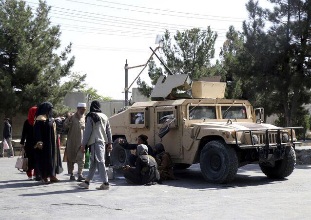 Combatentes talibãs vigiam aeroporto de Cabul, no Afeganistão, na sexta-feira, 27 de agosto de 2021, um dia após ataques mortais