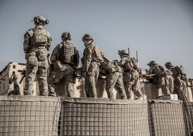 Militares dos EUA asseguram segurança de posto de evacuação no Aeroporto Internacional Hamid Karzai, Cabul, Afeganistão, 26 de agosto de 2021