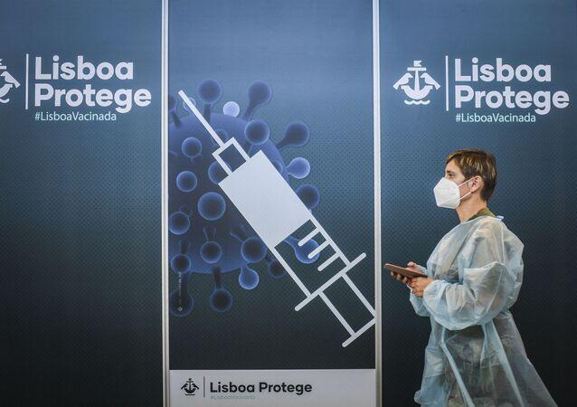 Enfermeira caminha dentro de um centro de vacinação contra COVID-19 em Lisboa, em 2 de julho de 2021