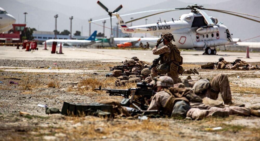 Fuzileiros navais dos EUA vigiam evacuação no Aeroporto Internacional Hamid Karzai, Cabul, Afeganistão, 18 de agosto de 2021
