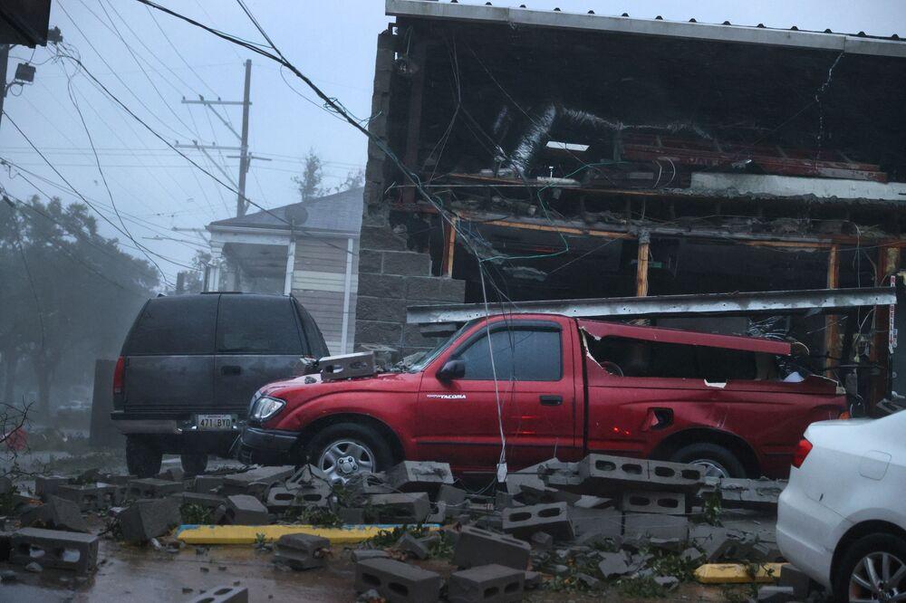 Veículos danificados na sequência do furacão Ida que devastou o estado da Louisiana, 29 de agosto de 2021