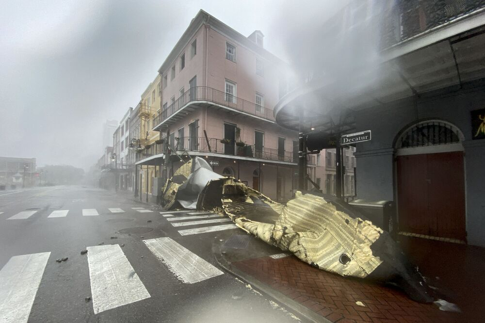 Cobertura de telhado vista após ter sido arrancada pelo vento e chuva na cidade de Nova Orleans durante o furacão Ida, Louisiana, 29 de agosto de 2021