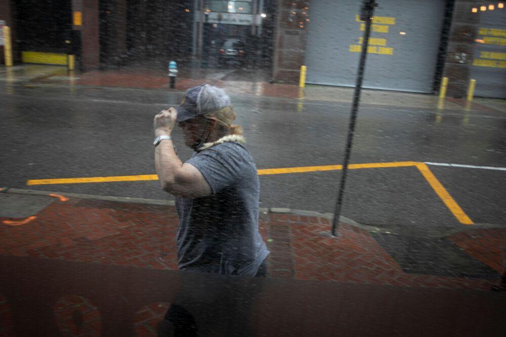 Mulher debaixo de chuva durante o furacão Ida, estado da Louisiana, 29 de agosto de 2021