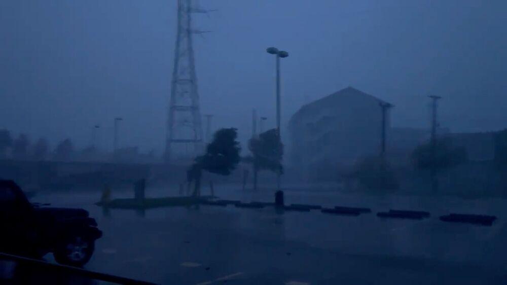 Imagem de vídeo mostra árvores inclinadas em meio a chuva pesada durante o furacão Ida, Louisiana, 29 de agosto de 2021