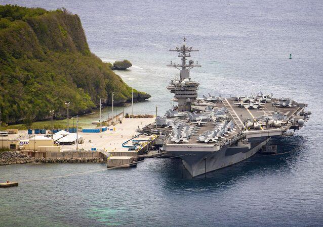 Porta-aviões USS Theodore Roosevelt (CVN 71) na Base Naval de Guam