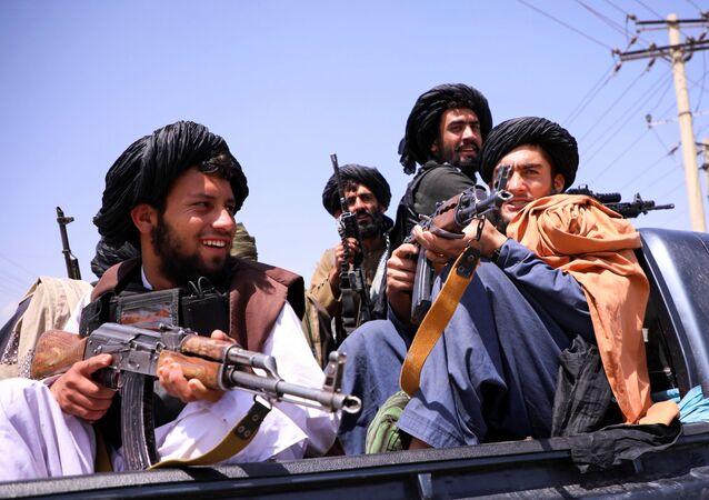 Talibã patrulha em frente ao Aeroporto Internacional Hamid Karzai em Cabul, Afeganistão, 2 de setembro de 2021
