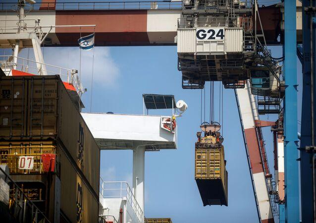 Contêiner sendo descarregado de um navio de carga enquanto está atracado no Porto de Haifa, Israel, 8 de agosto de 2021