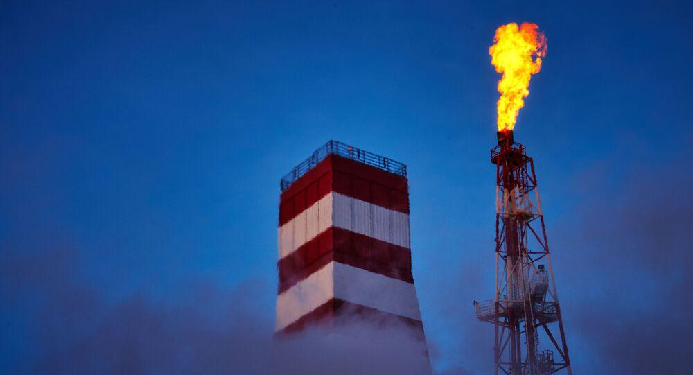 Plataforma de perfuração de petróleo e de queima de gás da empresa petrolífera Gazprom Neft na Rússia