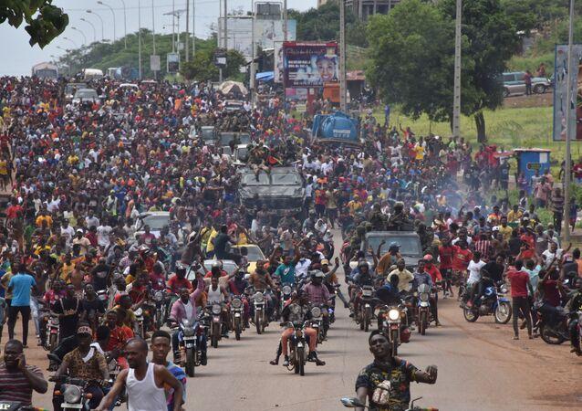 Pessoas nas ruas da Guiné após detenção do presidente Alpha Condé durante golpe militar na capital guineana, 5 de setembro de 2021