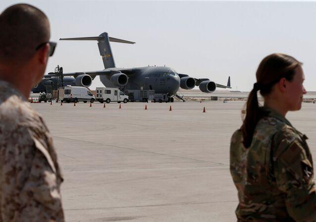 Militares dos EUA perto de aviões da Força Aérea dos EUA, usados para evacuar pessoas do Afeganistão, na base aérea Al Udeid em Doha, Qatar, 4 de setembro de 2021