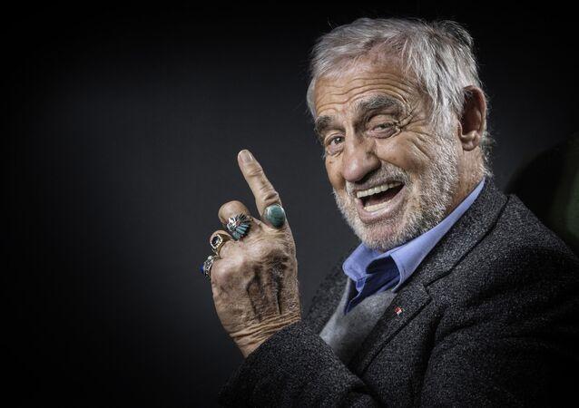 Ator francês Jean-Paul Belmondo posa durante sessão de fotos em Boulogne-Billancourt, nos arredores de Paris, em 5 de dezembro de 2016