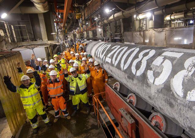 Especialistas instalam último tubo da segunda linha do gasoduto Nord Stream 2 (Corrente do Norte 2), marcando o fim próximo da construção do projeto