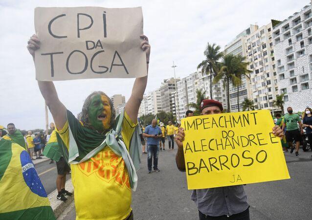Manifestantes na praia de Copacabana, no Rio de Janeiro, pedem o impeachment do ministro do Supremo Tribunal Federal e presidente do Tribunal Superior Eleitoral (TSE), Luís Roberto Barroso