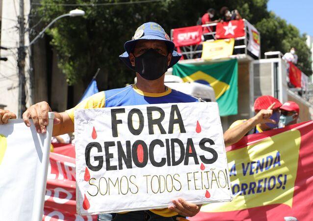 Homem segura cartaz durante manifestação contra o presidente Bolsonaro em Salvador, Bahia