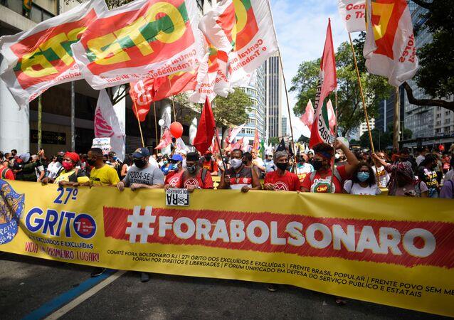 Manifestantes realizam protesto contra o governo do presidente Jair Bolsonaro na Praça Mauá, no Rio de Janeiro, em 7 de setembro de 2021