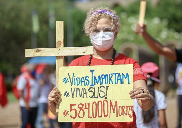 Manifestantes protestam contra o presidente da República, Jair Bolsonaro (sem partido), com concentração em frente à Assembleia Legislativa do Piauí, na avenida Marechal Castelo Branco, em Teresina, em 7 de setembro de 2021