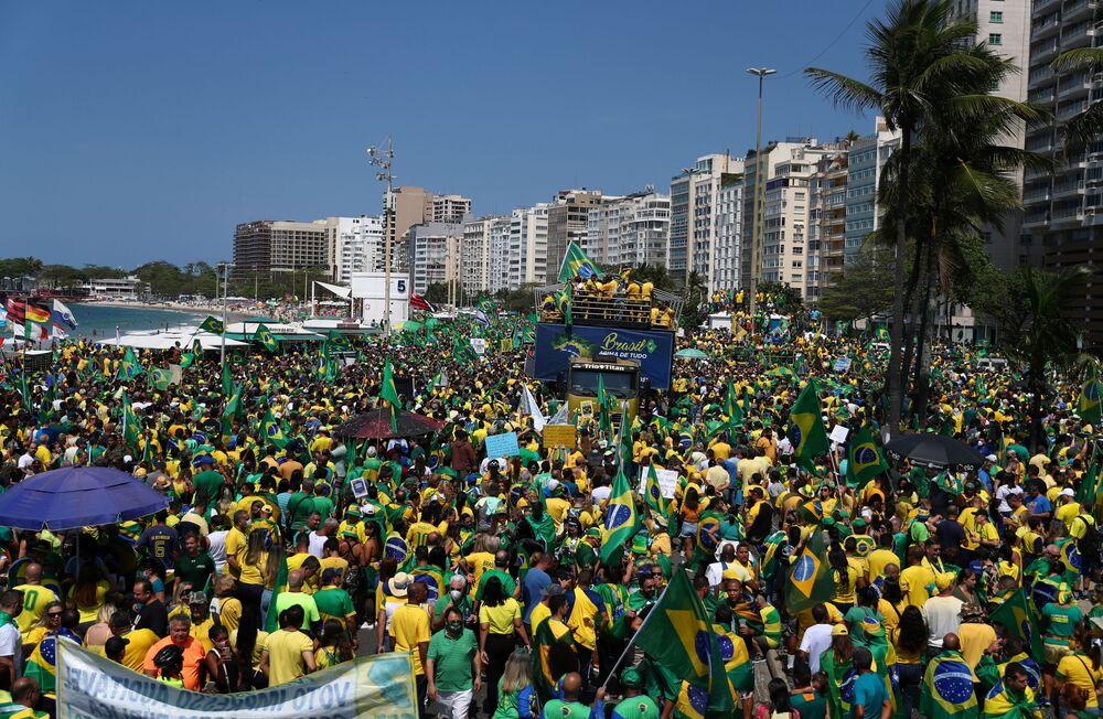 Apoiadores de Jair Bolsonaro marcham pelas ruas do Rio de Janeiro, em 7 de setembro de 2021