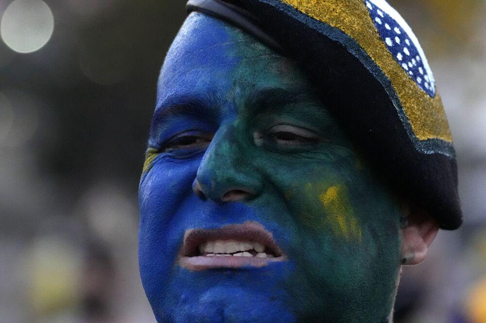 Apoiador de Bolsonaro pintado com cores da bandeira do Brasil