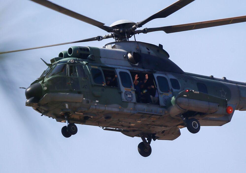 Presidente brasileiro acenando para a multidão de um helicóptero , em 7 de setembro de 2021