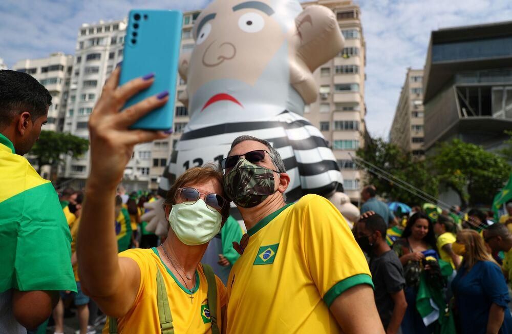 Casal de apoiadores de Jair Bolsonaro tira 'selfie' durante marchas pelo Dia da Independência, em 7 de setembro de 2021