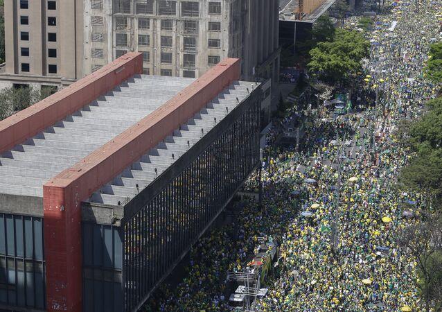 Fotografia aérea mostra multidão de apoiadores de presidente Jair Bolsonaro marchando em São Paulo, em 7 de setembro de 2021