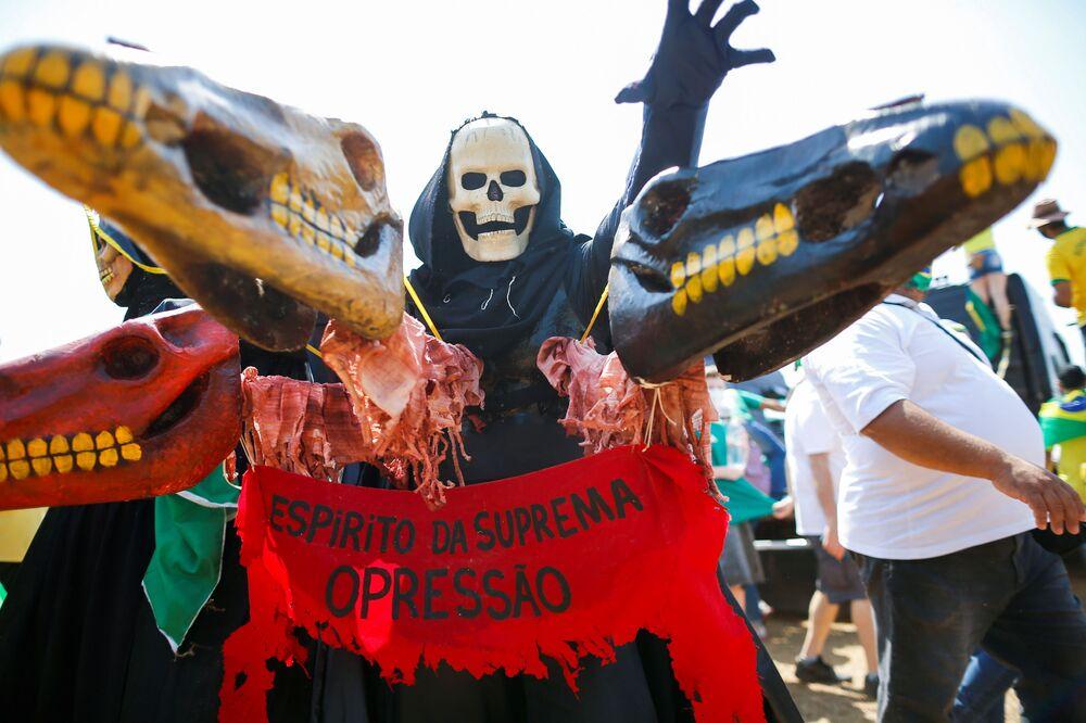 Apoiador de Bolsonaro, vestido de Morte, defende ataque de presidente brasileiro ao Supremo Tribunal, durante celebrações do Dia da Independência do Brasil, em 7 de setembro de 2021
