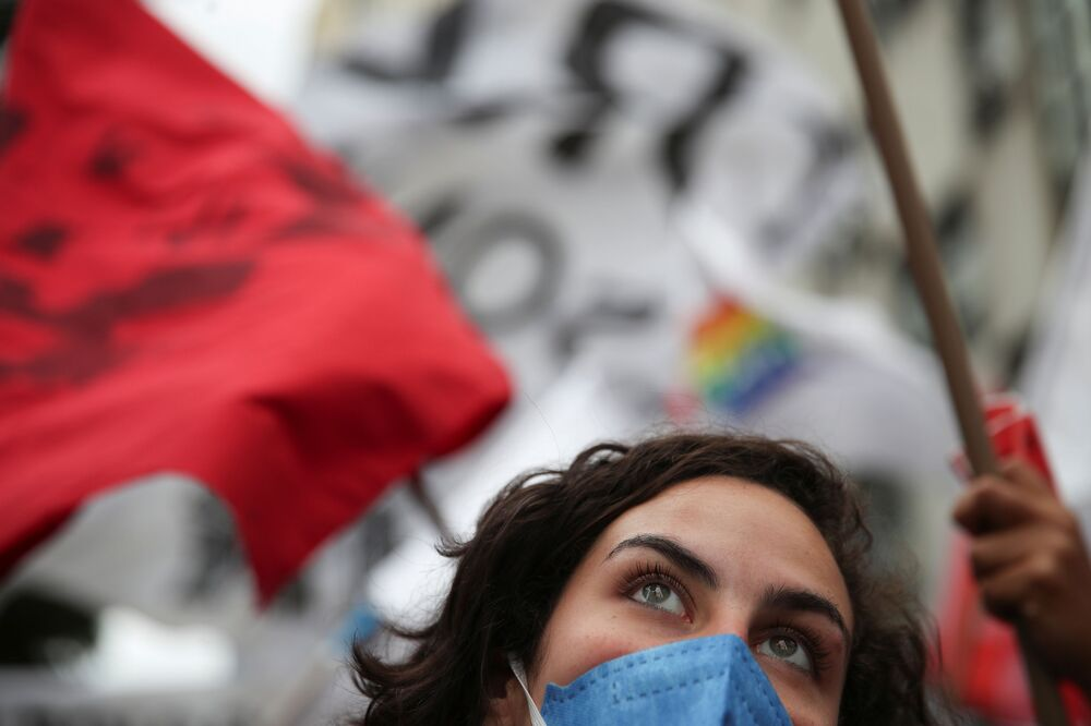 Mulher se manifesta contra presidente brasileiro, Jair Bolsonaro, no Rio de Janeiro, em 7 de setembro de 2021